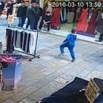 Vicdansız Seyyar Satıcının Suriyeli Çocuğu Yere Vurması [Video]