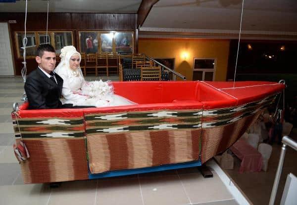 Tavandan Sarkan Kayıkla Düğün Salonuna Giren Çiftin Hazin Sonu