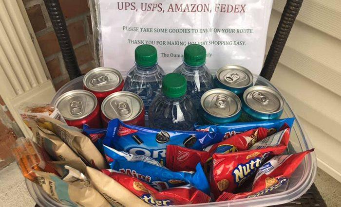 İyilik Kazanacak: Kargo Görevlisine Bir Kutu Yiyecek Bıraktı