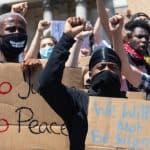 İngiltere'de Protestolar: ABD Büyükelçiliği Binasına Yürüdüler
